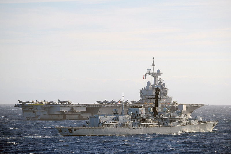 800px-HMS_Northumberland_with_French_Aircraft_Carrier_Charles_de_Gaulle_MOD_45154575