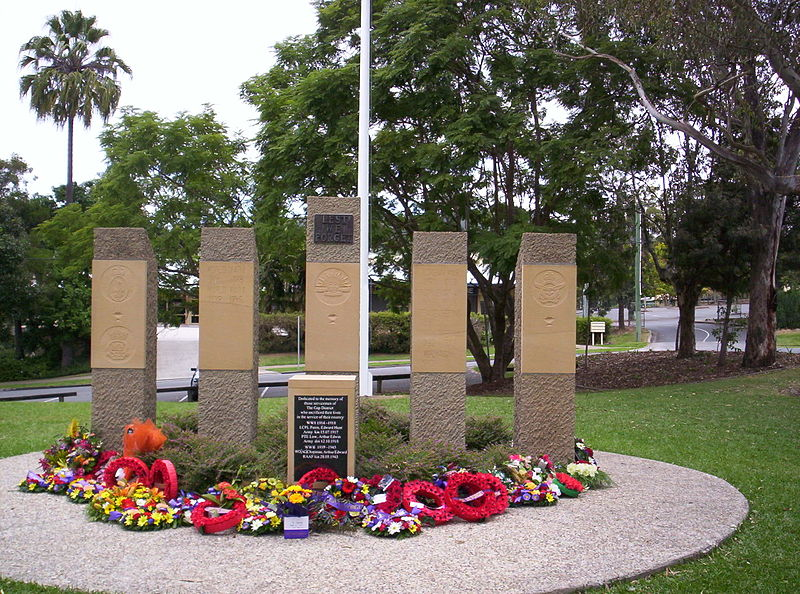 800px-War_memorial_at_The_Gap,_Queensland_-_ANZAC_Day_2012